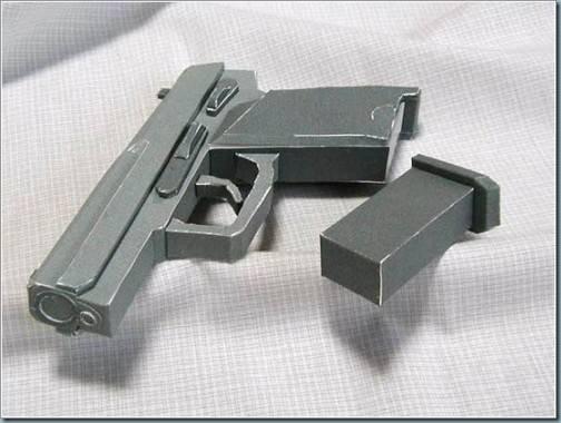 armes en papier et carton