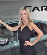 Hotesse bizarre salon auto