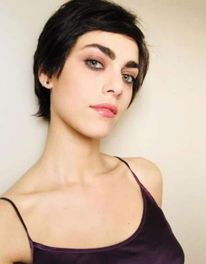 Miriam leone cheveux courts noirs